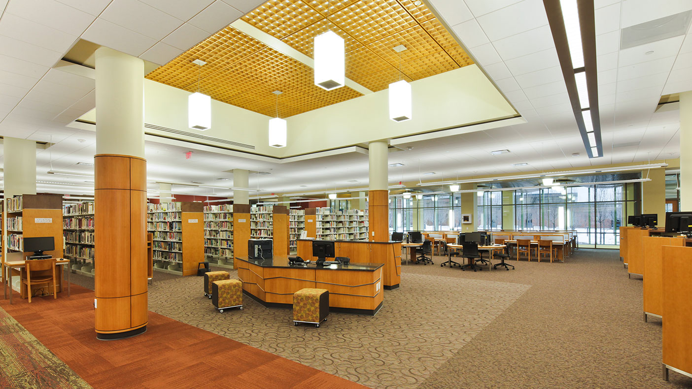 At the center of the second floor we integrated an open observation area around the service desk to bring in natural light, and incorporated a wood grille ceiling to add warmth.